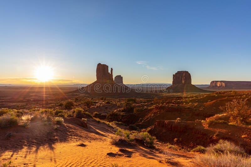 Lever de soleil au parc tribal de vallée de monument dans la frontière du l'Arizona-Utah, Etats-Unis image libre de droits