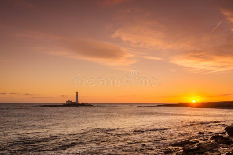 Lever de soleil au phare de St Mary photographie stock