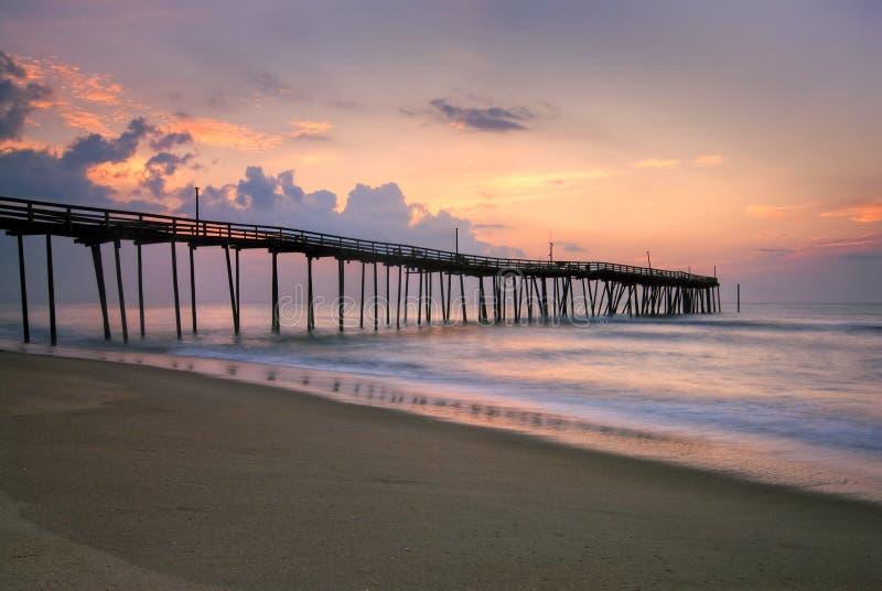 Lever de soleil au pilier de pêche sur les banques externes, la Caroline du Nord image stock