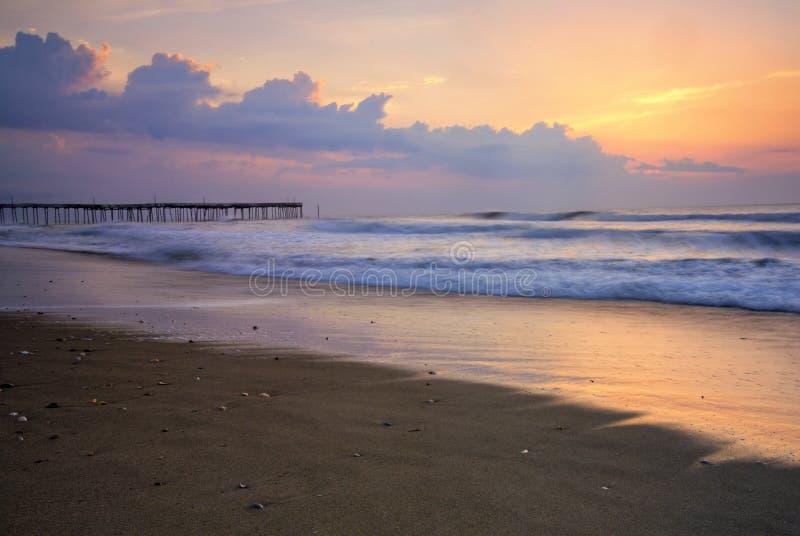 Lever de soleil au pilier de pêche sur les banques externes, la Caroline du Nord photos stock