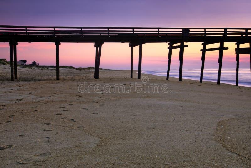 Lever de soleil au pilier de pêche sur les banques externes, la Caroline du Nord photographie stock libre de droits