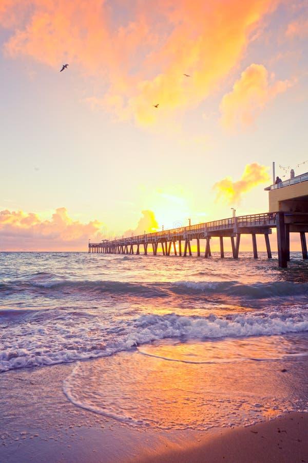 Lever de soleil au pilier en Dania Beach Florida photos libres de droits