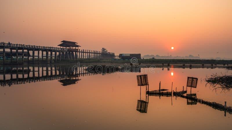 Lever de soleil au pont Amarapura, Mandalay, Myanmar de bein d'U photo libre de droits
