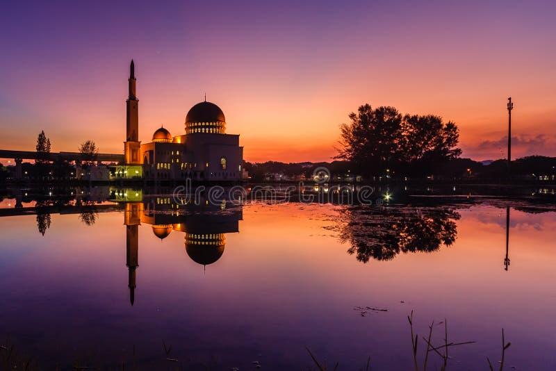 Lever de soleil au puchong de mosquée de comme-Salam, Malaisie photo libre de droits