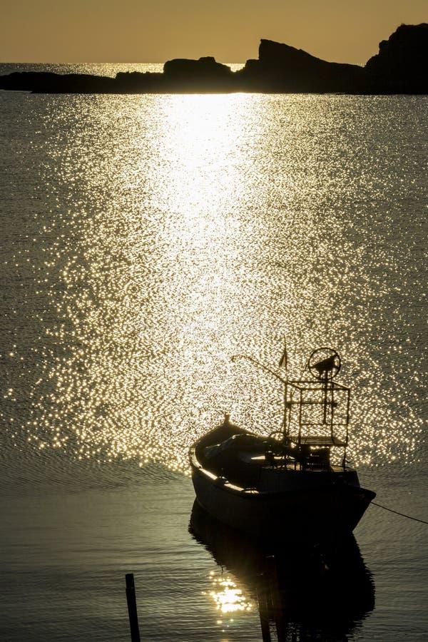 Lever de soleil au quai du ` s de p?cheurs dans Ahtopol, Bulgarie image stock