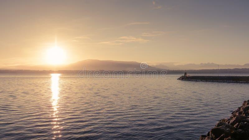 Lever de soleil au rivage du Lac Léman photo stock