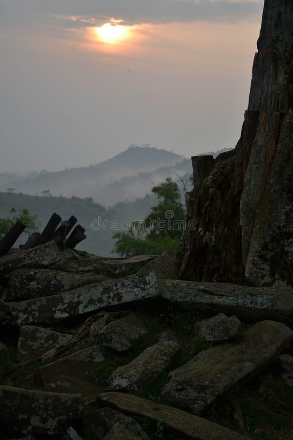 Lever de soleil au site mégalithique dans Java occidental, Indonésie Il a t photos stock