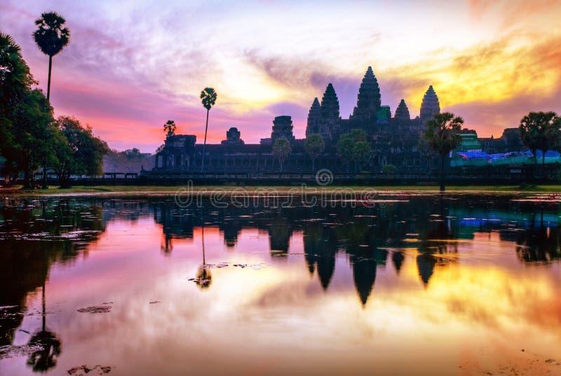 Lever de soleil au temple de wat d'angkor photos stock