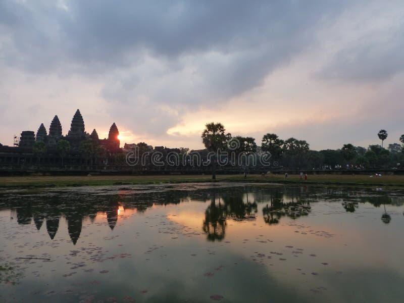 Lever de soleil au temple de wat d'angkor images stock