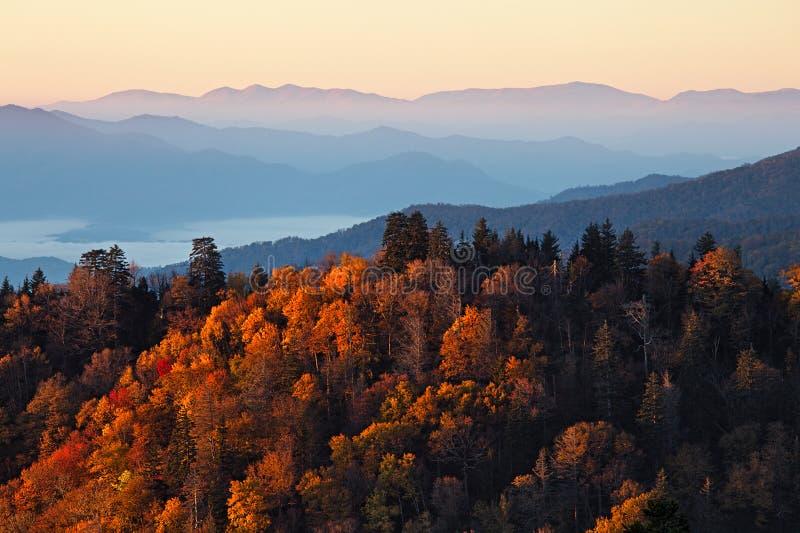 Lever de soleil aux montagnes fumeuses photos libres de droits