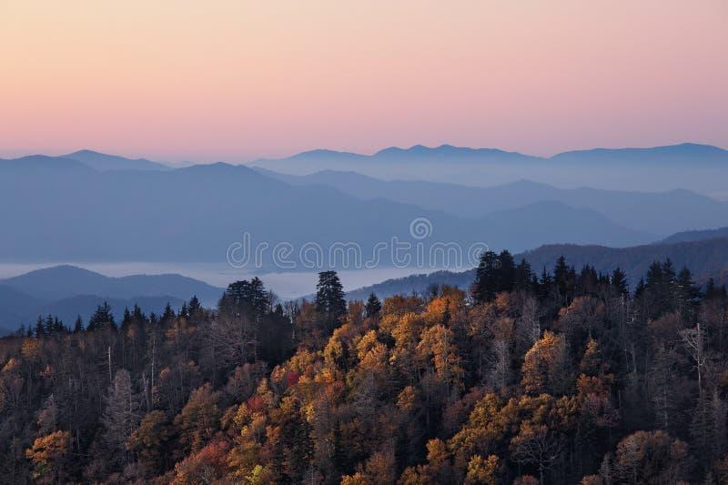 Lever de soleil aux montagnes fumeuses images libres de droits