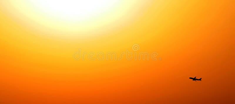 Lever de soleil avec des aéronefs d'avion dans le contre-jour images stock