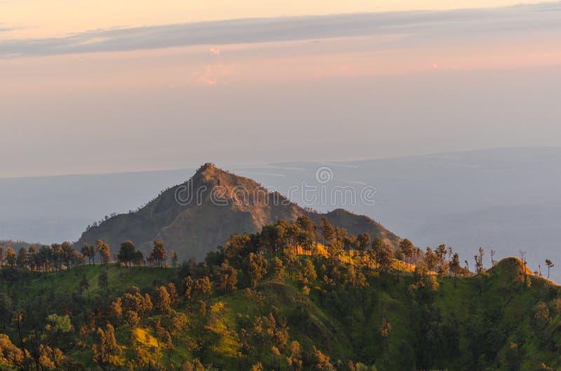 lever de soleil avec des montagnes et des arbres photographie stock