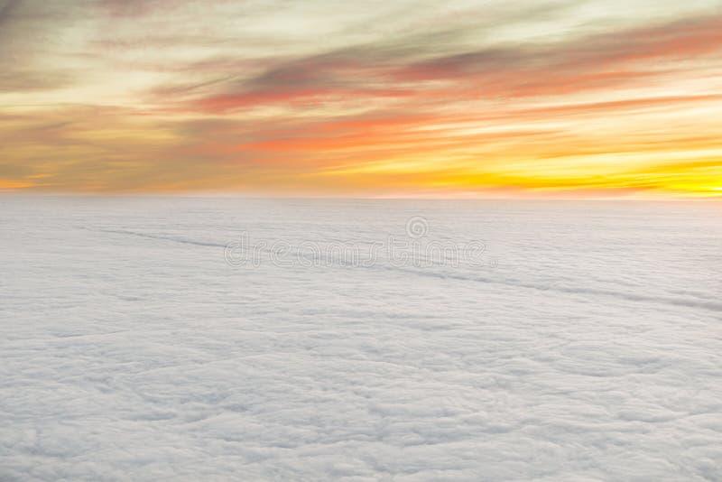Lever de soleil avec des nuages images libres de droits