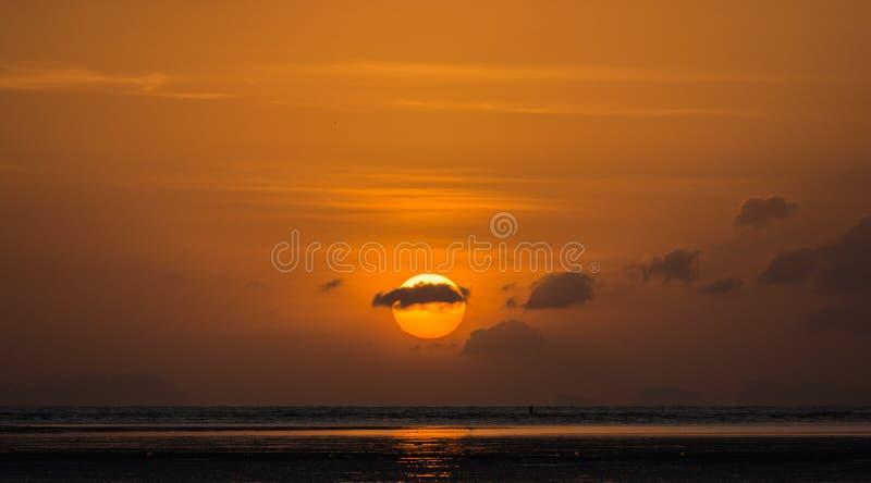 Lever de soleil avec des nuages image stock