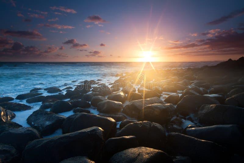 Lever de soleil avec intéressant complètement du plan de roches photographie stock
