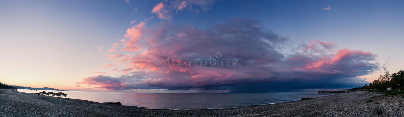 Lever de soleil avec l'avant de tempête sur la plage de mer images libres de droits