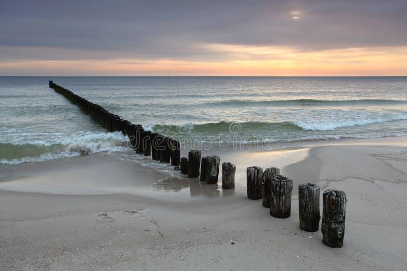 Lever de soleil avec la vague déferlante photographie stock