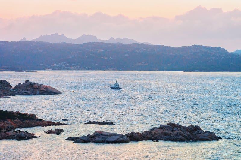 Lever de soleil avec le bateau dans Baja Sardaigne à la mer Méditerranée Sardaigne photographie stock