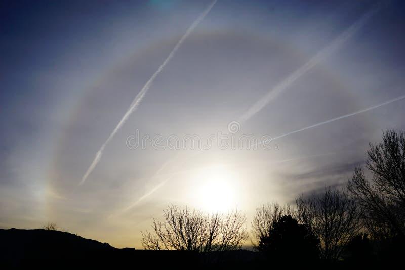 Lever de soleil avec le cercle étrange autour du soleil image stock