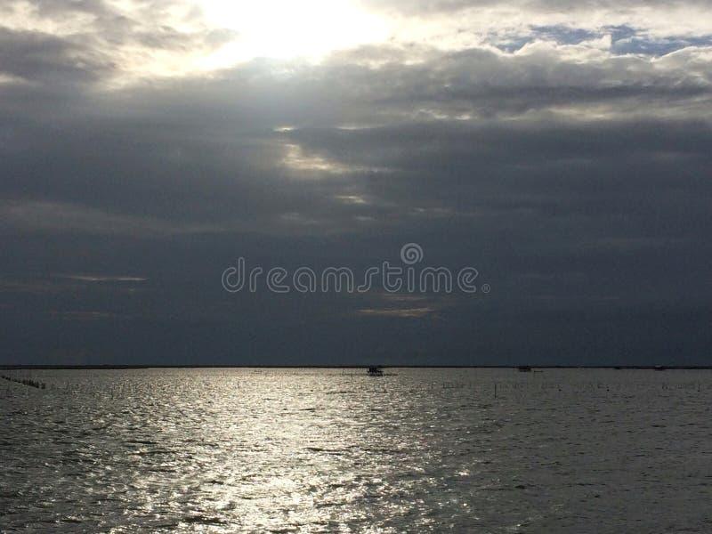 Lever de soleil avec le ciel de nuage des nuages de pluie photos stock