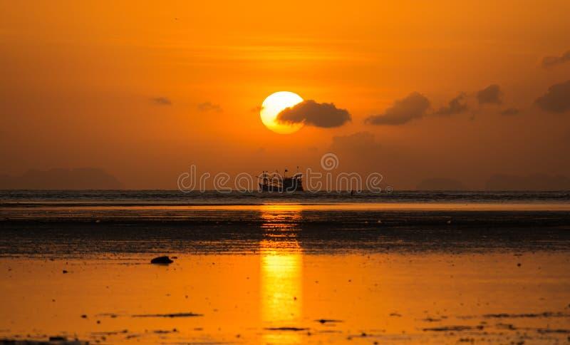 Lever de soleil avec les nuages et le bateau de siluate photographie stock
