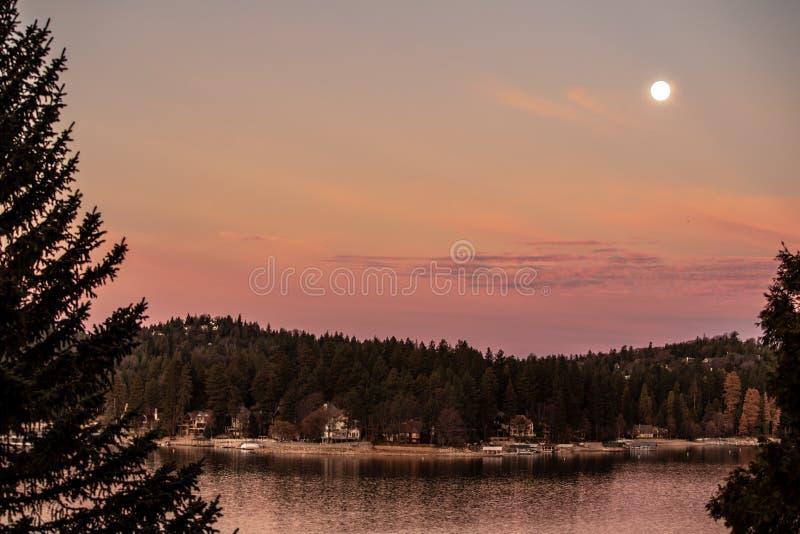 Lever de soleil avec placer la lune au-dessus de la pointe de flèche de lac, la Californie photographie stock