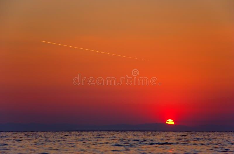 Lever de soleil avec un vol plat sur le ciel photographie stock libre de droits