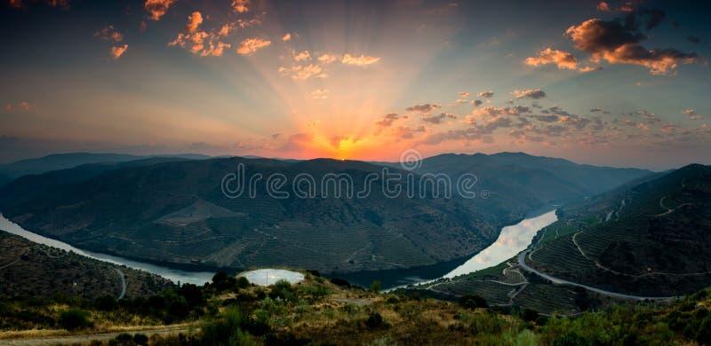 Lever de soleil avec une vue au-dessus d'une River Valley photographie stock libre de droits