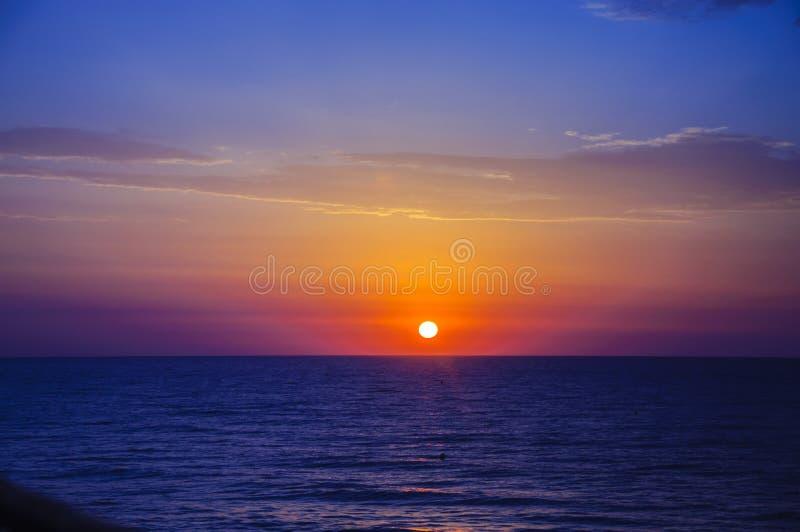 Lever de soleil bleu jaune rose sur le méditerranéen photographie stock
