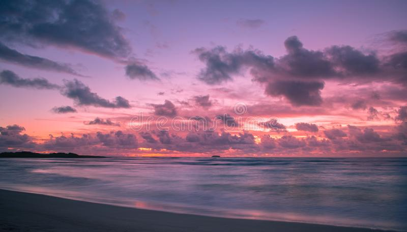 Lever de soleil de bord de la mer en Hawaï images libres de droits