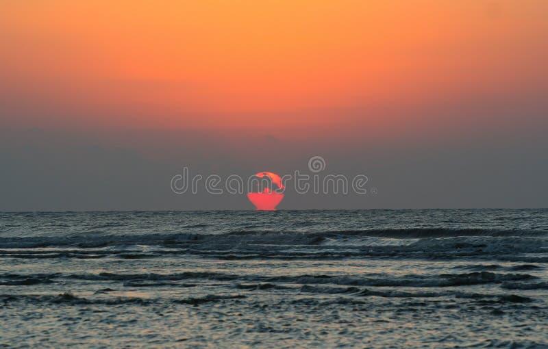 Lever de soleil brillant au-dessus de l'océan photographie stock