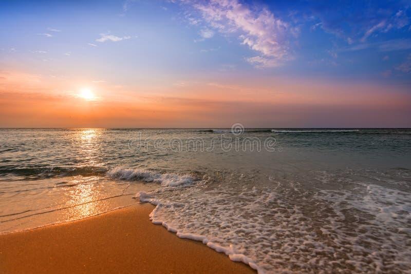 Lever de soleil brillant de plage d'océan photo stock