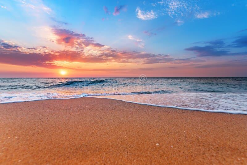 Lever de soleil brillant de plage d'océan images stock