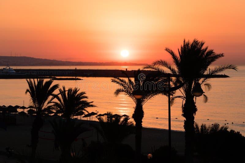 Lever de soleil brillant de plage de destination de vacances, Yasmine Hammamet, Tunisie, Afrique images libres de droits