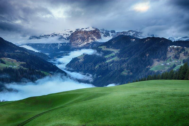 Lever de soleil brumeux au-dessus des montagnes de dolomites images stock