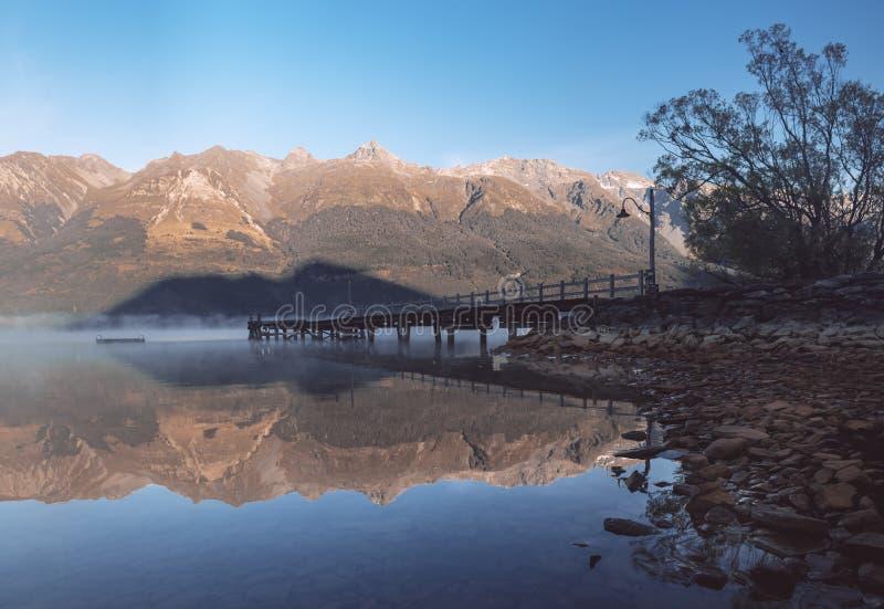 Lever de soleil brumeux, au-dessus de lac Glenorchy, Queenstown, Nouvelle-Zélande photos stock