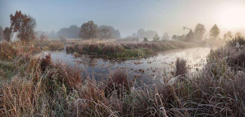Lever de soleil brumeux d'automne photo stock