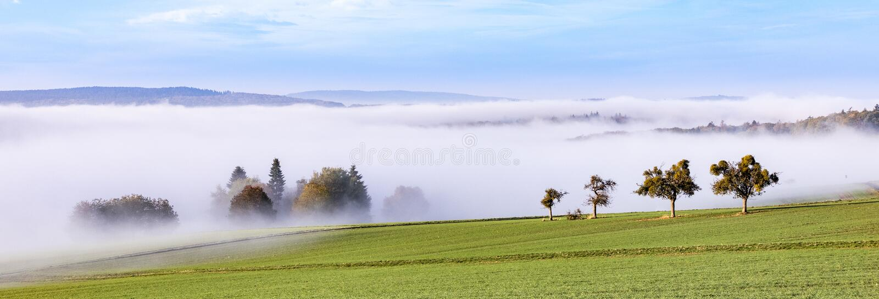 Lever de soleil brumeux dans le paysage accidenté scénique de la région de Taunus je images libres de droits