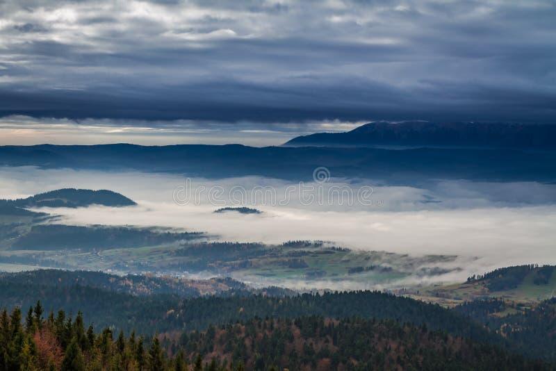 Lever de soleil brumeux dans les montagnes de Tatra en automne, Pologne photos stock