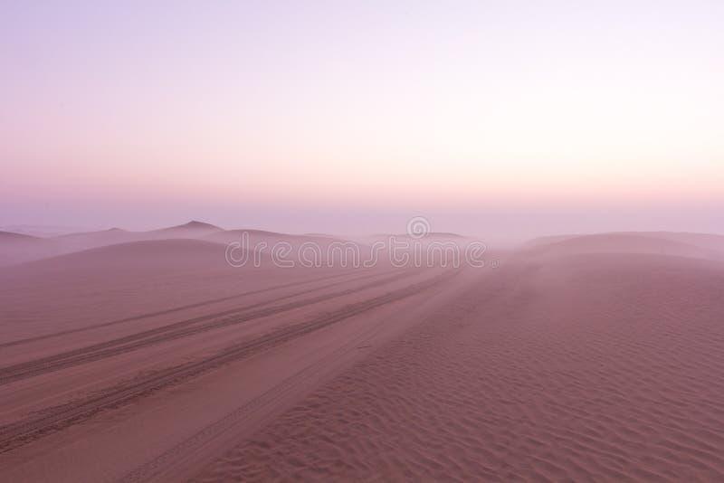 Lever de soleil brumeux de matin d'hiver dans le désert Dubaï, EAU photos libres de droits