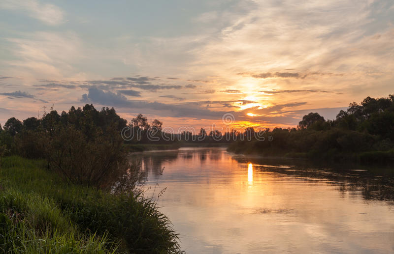 Download Lever De Soleil Brumeux Sur Le Fleuve Photo stock - Image du pré, matin: 77152938
