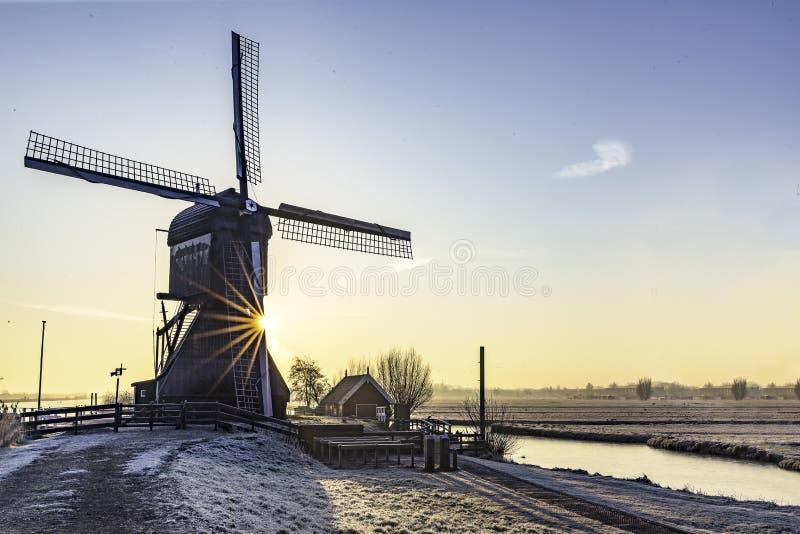 Lever de soleil chaud et gelé de moulin à vent photographie stock
