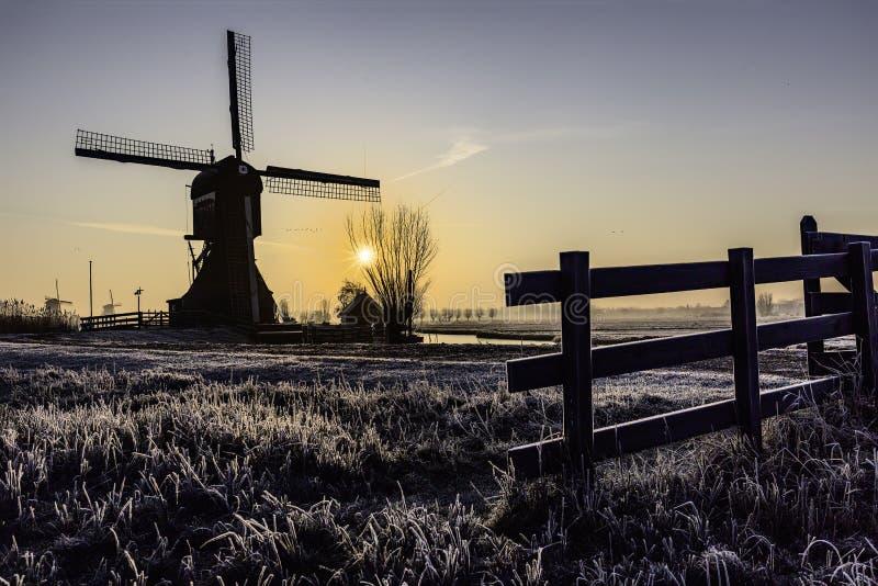 Lever de soleil chaud et gelé de moulin à vent photos stock