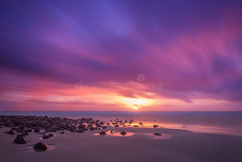 Lever de soleil chez Elliott Heads River Entrance, Elliot Heads, Queensland, Australie, mars 2018 image stock