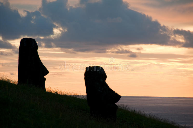 Lever de soleil chez Rano Raraku, île de Pâques image stock