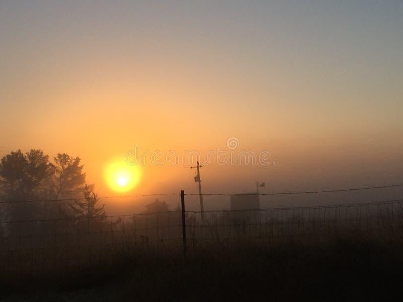 Lever de soleil de chute de Paso Robles derrière le brouillard image libre de droits