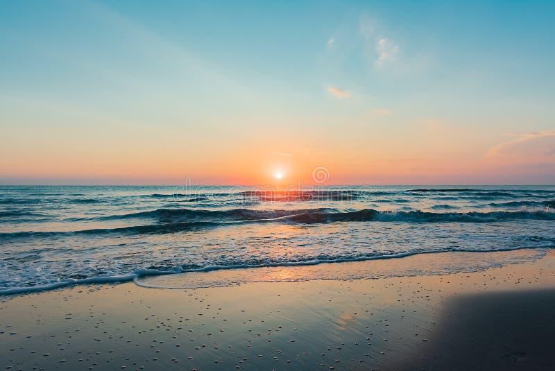 Lever de soleil coloré étonnant en mer image stock