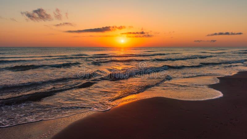 Lever de soleil coloré étonnant en mer photographie stock libre de droits