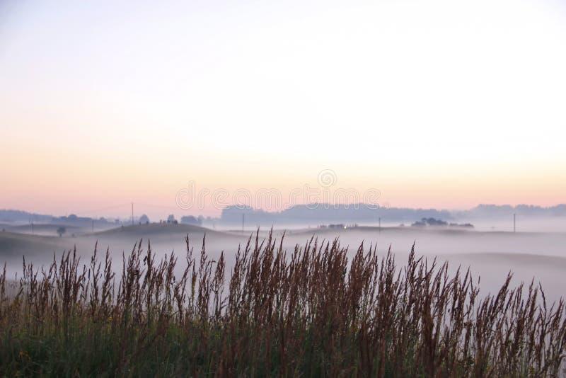 Lever de soleil coloré au-dessus de Rolling Hills dans le brouillard image libre de droits